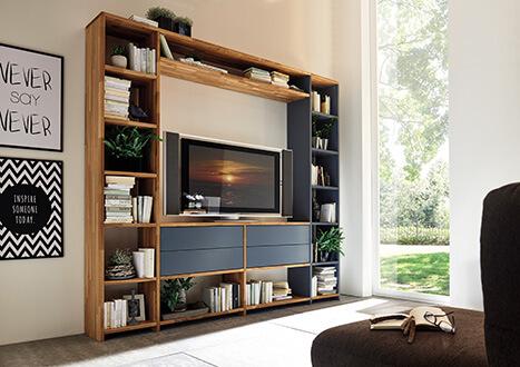 Wohnwand für Multimedia-Anlage mit Bücherregal und Schubladenelementen mit grauer Front