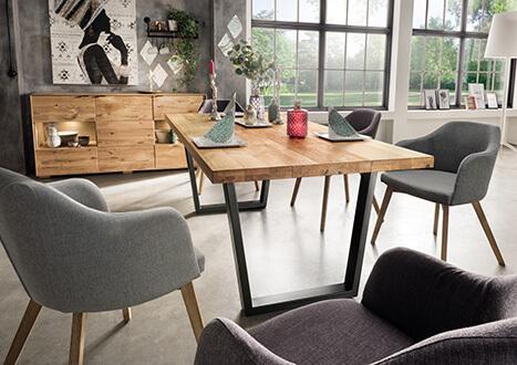Massiver Esstisch mit dicker Echtholzplatte in Wildkernbuche mit Metallfüßen - neu im Möbelhaus Scan Life bei Rosenheim