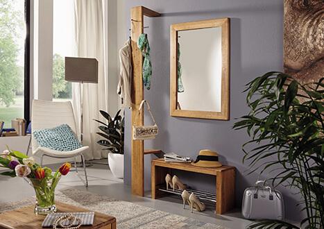 Garderobe mit Hakenleiste, Spiegel und Schuhablage im Möbelhaus in Kolbemoor