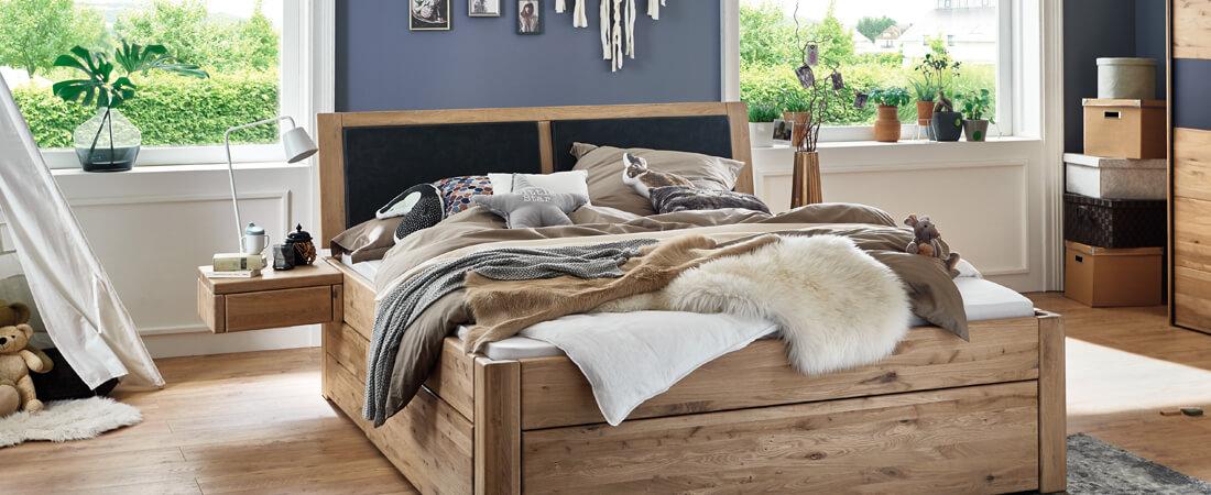 Schlafzimmermöbel - Bett, Schrank, Nachttisch aus Naturholz im Möbelgeschäft Scan Life bei Rosenheim