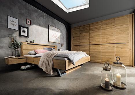 Schlafzimmerprogramm aus Doppelbett, Nachtkonsole, Kleiderschrank in Kernbuche massiv